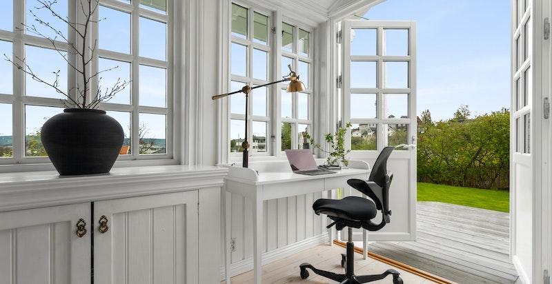 Lys og hyggelig glassveranda som kan innredes og brukes etter ønske og behov.