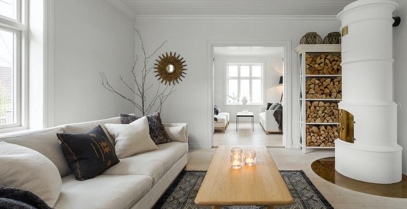 Stuen har en vakker peisinnsats - et smykke i rommet.