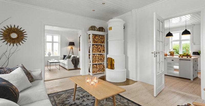 Fra begge stuene ligger kjøkkenet delvis skjermet. Løsningen åpninger samtidig opp for en sosial atmosfære mellom rommene.