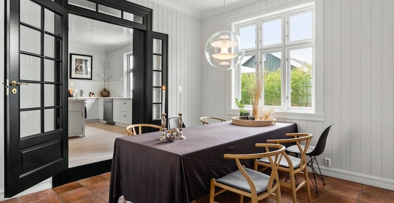 Fra kjøkkenet ligger spisestuen med god plass til langbord og flere gjester.