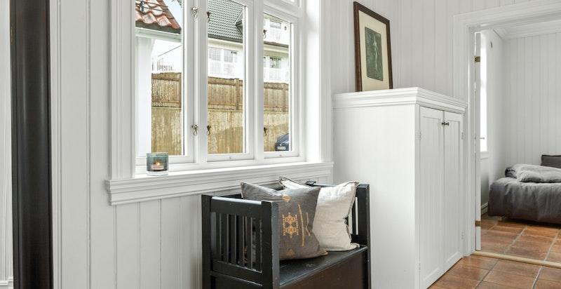 Lys og hyggelig entré med flislagt gulv og behagelige varmekabler.