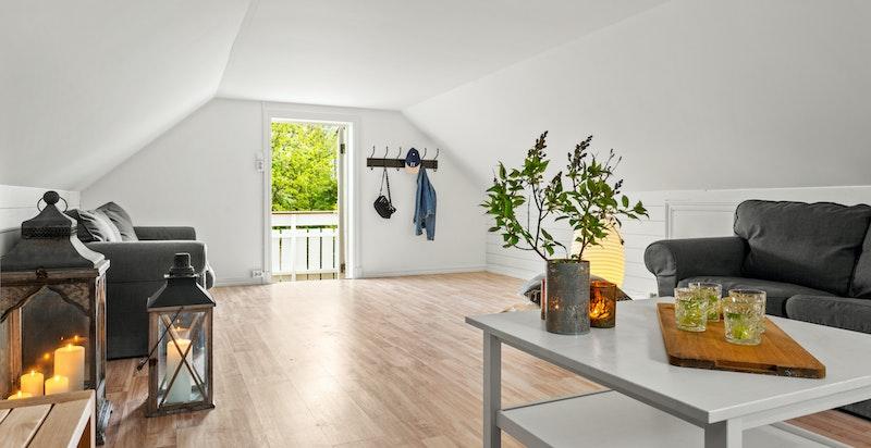 Rommet har ikke målbart areal grunnet takhøyde, men gulvarealet er på 28 kvm.