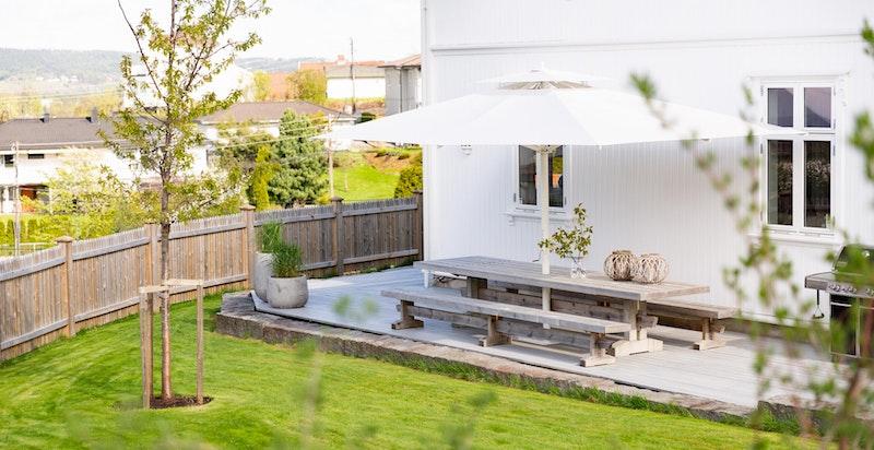 På nordvestsiden er det bygget stort bord med sitteplasser for 10-14 personer. Bord og parasoll følger med huset.