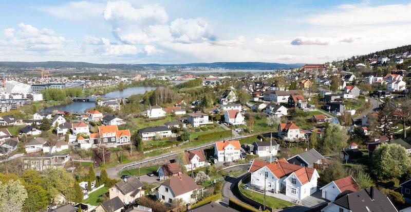 Fra boligen er det kort veg til både barnehager og skoler, og anses som et flott sted å vokse opp.