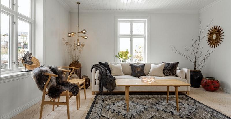 Det er gjennomgående panel i de fleste rom, malt i en ren og fin hvitfarge.