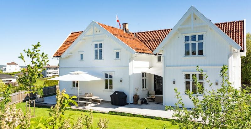 Velkommen til denne vakre og svært innholdsrike sveitservillaen i Peder Jølsens veg 10. Boligen ligger tilbaketrukket og høyt i terrenget på flott hagetomt med herlig utsikt.