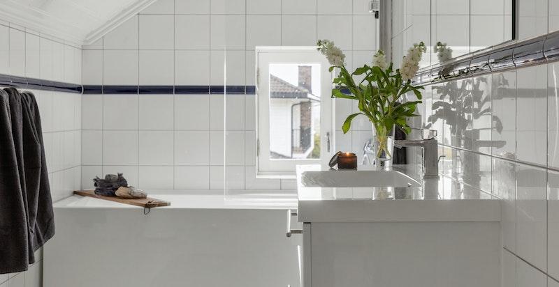 Baderommet er utstyrt med wc, servant i diverse innredning og dusj i badekar.
