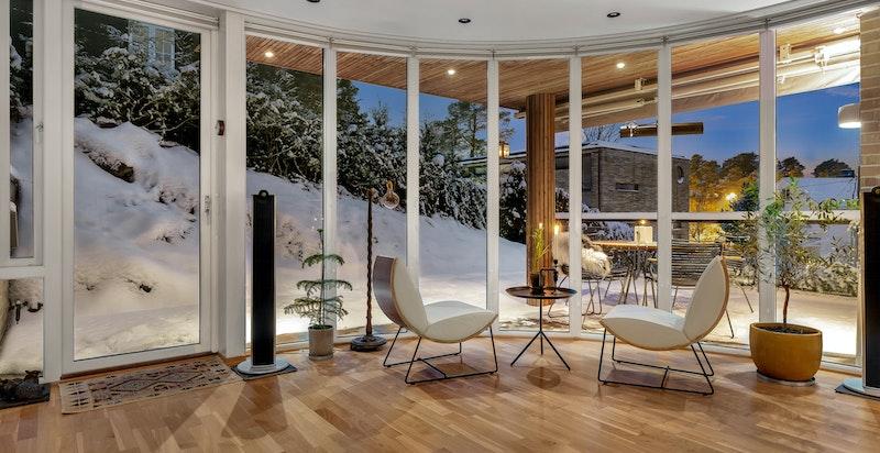 I boligens hovedetasje strekker vinduene seg fra gulv til tak og gir flott utsyn kveld som dag.