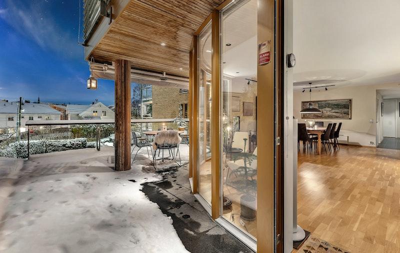 Leiligheten har en attraktiv beliggenhet i et representativt sameie med flott arkitektur og store grøntarealer.