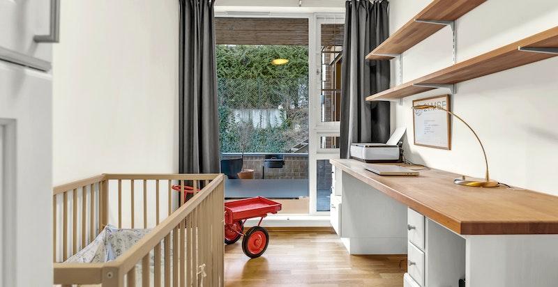 Boligens andre soverom egner seg fint som både barnerom, lekerom eller kanskje du har behov for hjemmekontor? Mulighetene er mange.