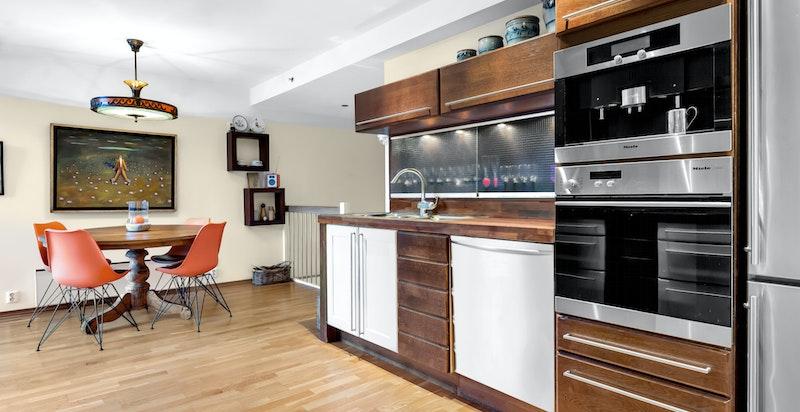 På kjøkkenet er det god plass til en spisegruppe.