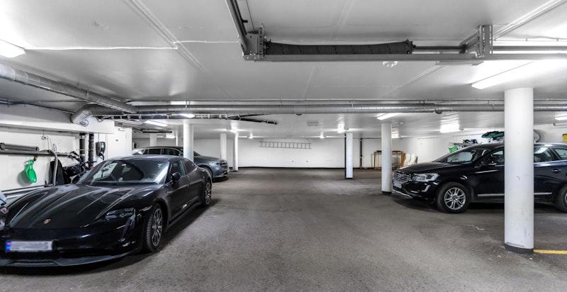 Det medfølger to garasjeplasser i lukket anlegg.