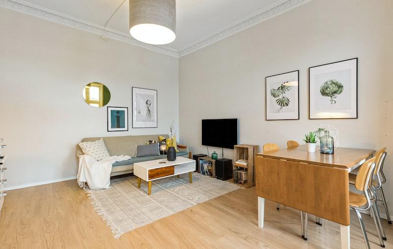 God plass til sofagruppe og spisebord