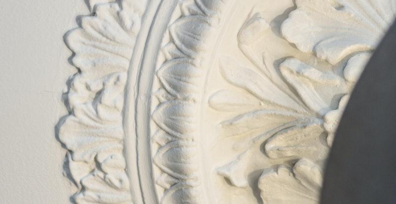 Klassiske detaljer som rosett og stukkatur