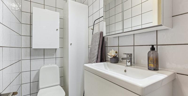 Flislagt bad som ble oppgradert i regi av borettslaget i 2006. Nytt servantskap i 2021