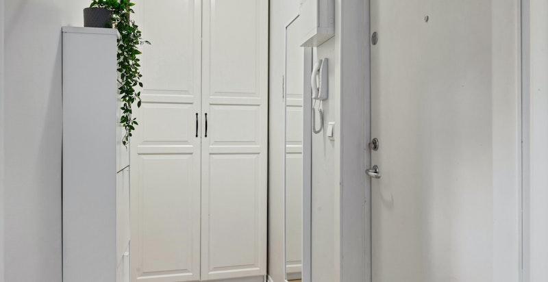 Éntre med plass til oppbevaring og garderobeskap