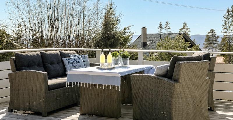 Terrasseplatting over garasje med hyggelig utsikt og flotte solforhold