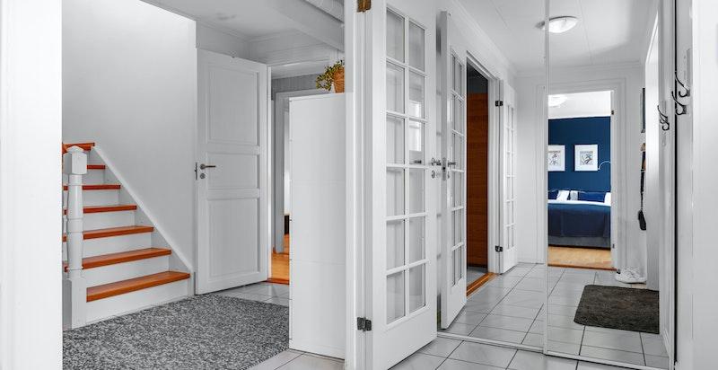 Boligens hovedinngang er i underetasje, og etasjen består av entré, hall med trapp, gang, tre soverom, kjellerstue (byggemeldt som disp. rom), dusjbad/wc og en praktisk innvendig bod