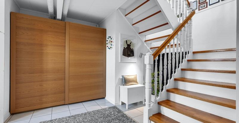 Trappehall i u. etg. Elektrisk oppvarming med varmekabler i hele etasjen med unntak av i entré og bod