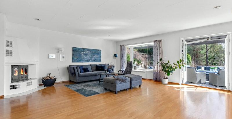 Fra stue er det utgang til terrasseplatting og plen