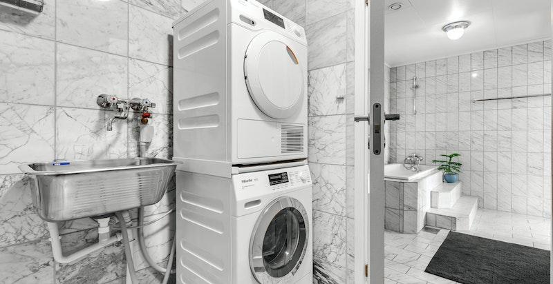 Flislagt vaskerom innenfor badet