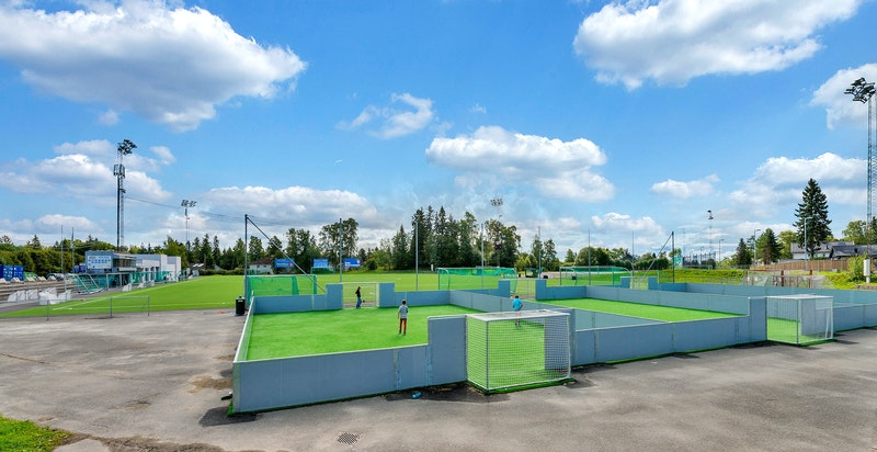 Av idrettslag finnes Heming på Slemdal, Ready på Gressbanen og IL Try i området Grindbakken