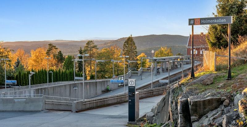 Eiendommen ligger midt mellom Voksenlia- og Holmenkollen T-banestasjon