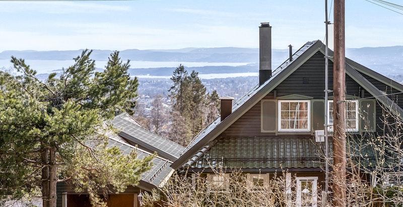 Fra eiendommen er det flott utsikt mot syd og vest, over store deler av byen, Asker/Bærum, indre Oslofjord, Kolsås m.m