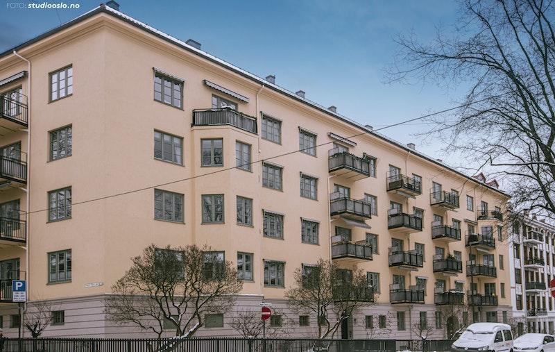 Representativ boliggård. Inng. fra idylliske Mogens Thorsens gate. Fasaden ble pusset opp i 2014.
