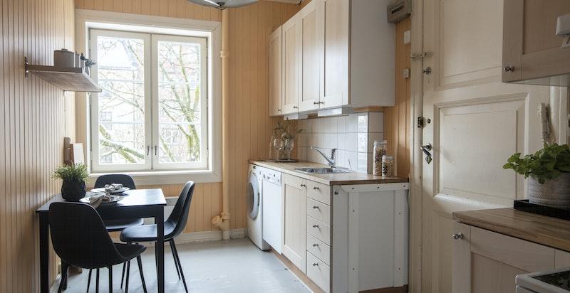 Kjøkken (kan evt. flyttes inn i stue slik at dette blir soverom, evt. en hybel). Utgang til baktrapp.