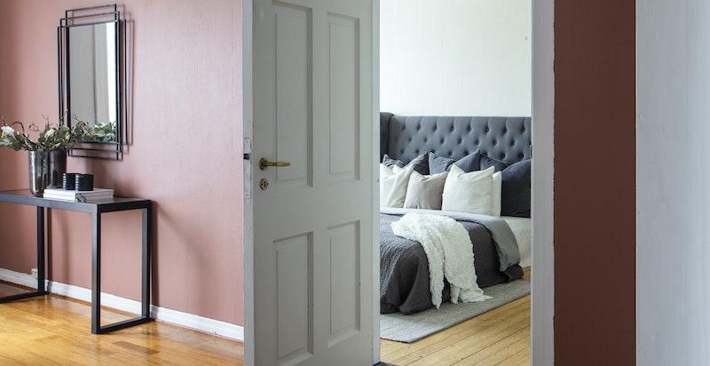 Inngang fra stue til soverom 2- originale innerdører
