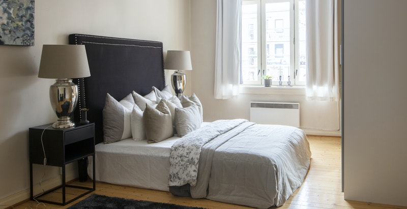Soverom 3 - stort og behagelig rom vendt mot indre gårdsrom (typisk hovedsov om omgjøring/modernisering)