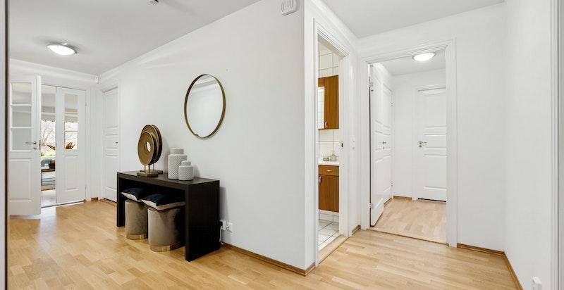Leiligheten har en fin arealdisponering og den romslig hallen forbinder oppholdsrom og soverom