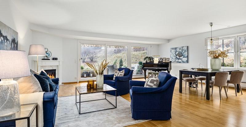Lys og luftig stue med plass til flere møbleringsløsninger og god plass til å bevege seg rundt
