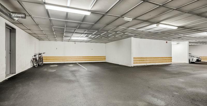 Stor garasjeplass med heisadkomst til leilighetsplan medfølger