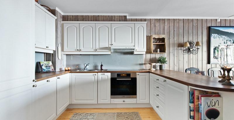 Lyst og romslig kjøkken med integrerte hvitevarer