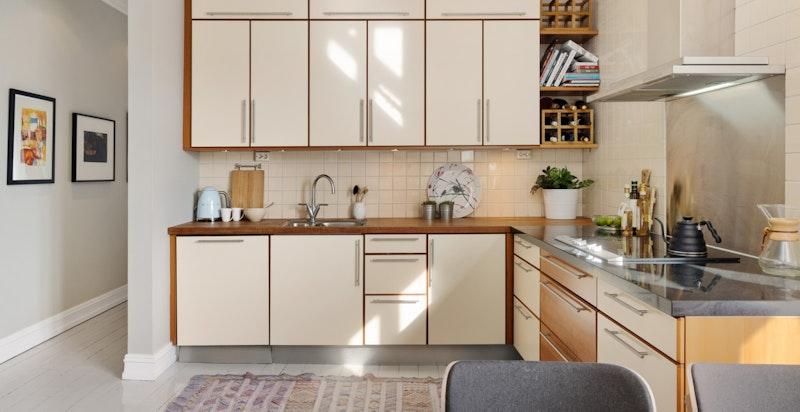 God skap- og arbeidsplass på kjøkkenet