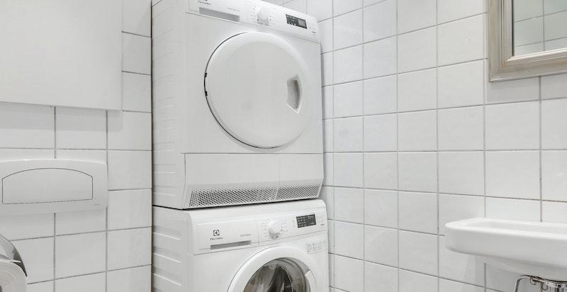 Gjestetoalett med vaskesøyle. Mulighet for å installere dusj.