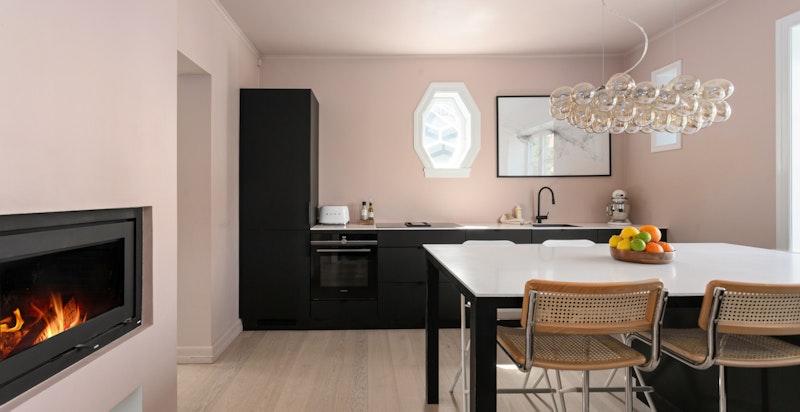 Kjøkkeninnredningen er delikat og tidsriktig fra kvalitetsleverandøren Kvik.