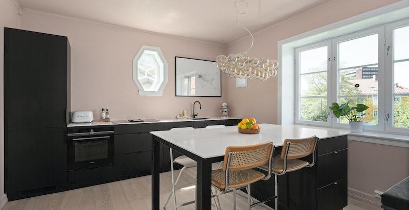 Kjøkkenet er utstyrt med Core benkeplate, kullfilter benkevifte integrert i platetopp og underlimt kum. Videre er det integrert komfyr, induksjon platetopp, oppvaskmaskin og kjøl/frys.