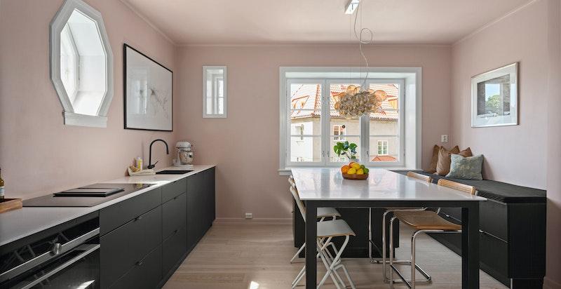 Kjøkkenet er malt i en dus og fin fargetone, og etasjen har gjennomgående enstavs parkettgulv fra 2016.