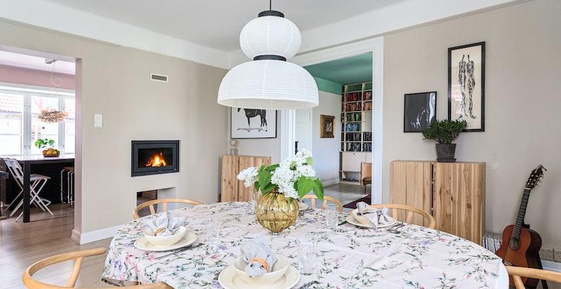 Spisestuen har god plass til langbord for hyggelige og sosiale sammenkomster.