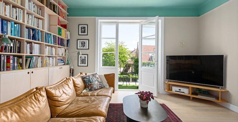 Dagligstuen kan møbleres etter behov, og har god plass til både sofaseksjon, tv-møblement og annen ønskelig innredning.