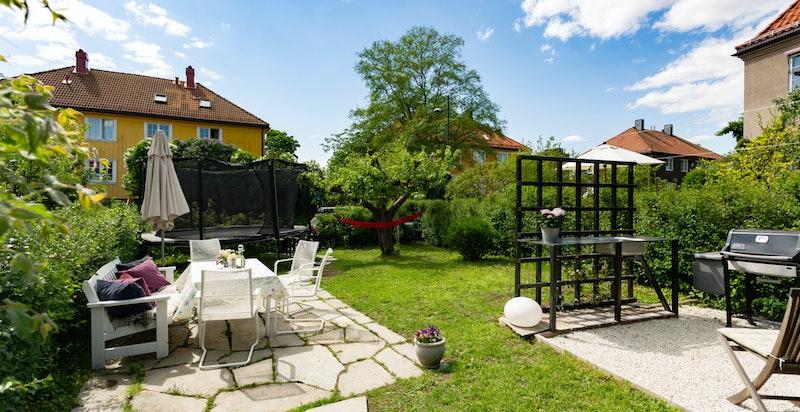 Hageparsellen har flere nydelige soner med plass til blant annet grill, sittegrupper og trampoline.