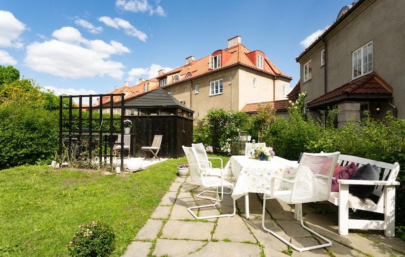 Hyggelig og solrik hageparsell med utebod, flere soner og rikelig med boltreplass for hele familien.