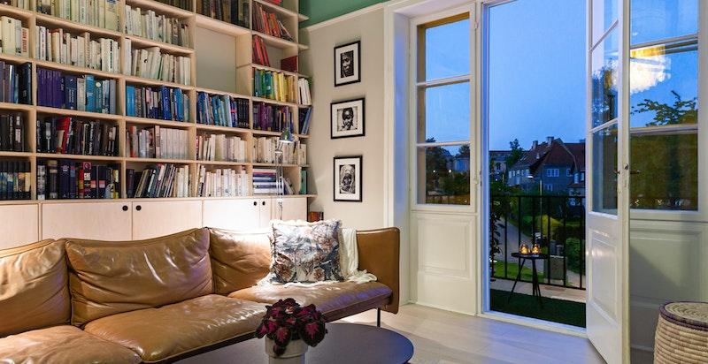 God takhøyde og store vindusflater gjør at boligen oppleves luftig med hyggelige oppholdsrom.