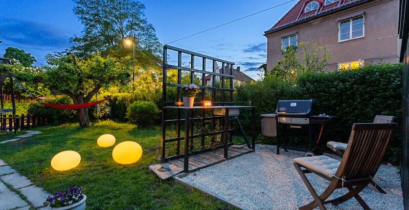 I tillegg til praktisk utebod i hageparsellen disponerer boligen kjellerbod på 6,5 kvm.