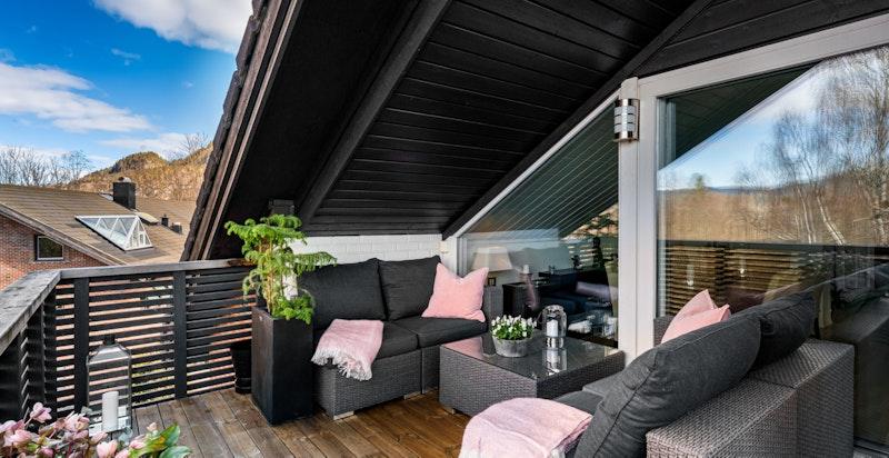 Terrassen har god plass til sofagruppe, grill osv.