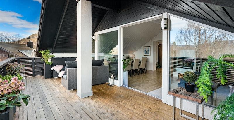 Terrassen er delvis overbygget- praktisk slik at utemøblene kan stå mer beskyttet