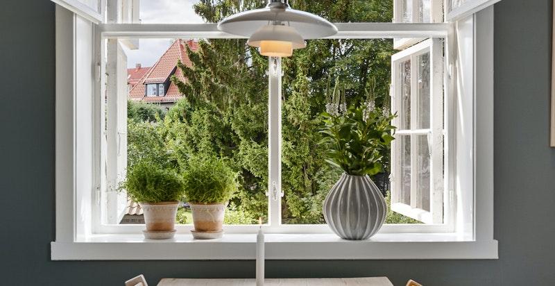 Fra de doble, klassiske vinduene kan utsynet over hageparsellen, nabolaget og grøntområder nytes.